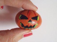 zucca halloween jack o lantern sasso dipinto horror gotico sasso matrimonio gotico halloween arancione miniatura pietra  lasoffittadiste
