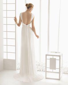 DUPION vestido de novia en muselina de seda con adorno de pedreria.