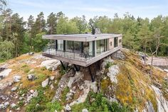 Perched atop a cliff, this spectacular Swedish retreat is up for grabs. Located just about an hour south of Stockholm, the cantilevered house seems to float, offering gorgeous views of the island-dotted ocean stretching out before it. The gravity-def Exterior Tradicional, Cargo Container Homes, Hillside House, Cliff House, House On Stilts, Floating House, Modern House Design, Modern Architecture, Future House