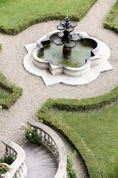 formal garden with quatrefoil fountain and hedged parterre detail: photo Lisa Poggi