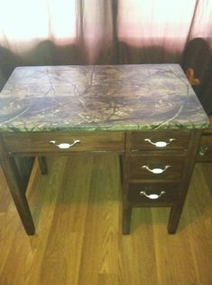 Diy decoupage desk- real tree camo fabric on the top, and mom wax walnut gel stain over an old ugly desk that had great bones. Turned out great! Hunter Room, Computer Room, Diy Decoupage Desk, Decoupage Desk, Boys Desk, Camo Furniture, Future Bedroom Ideas, Guest Bedroom Office, Camo Rooms