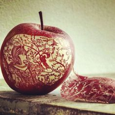 5. Apple Carving Apples are a particular favourite among food artists and amateurs alike – and when we look at the results we can see why. We couldn't get enough of this beautifully decorated apple.