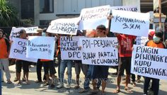 Ratusan Massa Gruduk Kantor DPC PDIP Kota Pekalongan