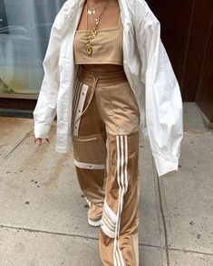 Outfit idea - Streetwear - Nike Sweat - Outfit - Beautiful outfit ideas, simple and elegant! Do not forget the jewelry in an outfit, here is a site - Aesthetic Fashion, Look Fashion, Aesthetic Clothes, Urban Aesthetic, 80s Fashion, Street Fashion, High Fashion, Mode Outfits, Trendy Outfits