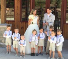 Junior groomsmen in roze strikjes. Summer Wedding Outfits, Wedding Attire, Wedding Gowns, Flower Girls, Flower Girl Dresses, Wedding Prep, Wedding With Kids, Wedding Ideias, Pink Bow Tie