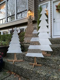 Pallet trees are super easy DIY Christmas decorations that you can make for almost nothing So if you need some inexpensive rustic Holiday decor ideas try these christmas tree decorations Inexpensive Rustic Christmas Decorations – Pallet Christmas Trees Wooden Christmas Crafts, Pallet Christmas Tree, Diy Christmas Decorations Easy, Farmhouse Christmas Decor, Rustic Christmas, Christmas Tree Ornaments, Christmas Diy, Holiday Decor, Snowman Decorations