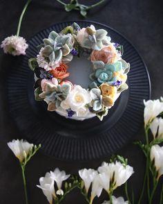 ㅡ 🕊 party cake design. Soocake.  @blessgarden ㅡ  #flower #cake #flowercake #partycake #birthday #weddingcake #buttercreamcake #buttercream #designcake #soocake #플라워케익 #수케이크 #꽃스타그램 #버터크림플라워케이크 #베이킹클래스 #플라워케익클래스 #생일케익 #수케이크 #다육이 #후리지아  www.soocake.com vkscl_energy@naver.com