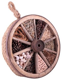 Instructions for insect hotels for wild bees # herb garden design insect hotel wagon wheel Herb Garden Design, Vegetable Garden Design, Garden Pots, Diy Garden, Bug Hotel, Garden Care, Wild Bees, Recycled Garden, Natural Christmas