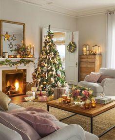 Salón decorado de Navidad con árbol con detalles dorados y rosas