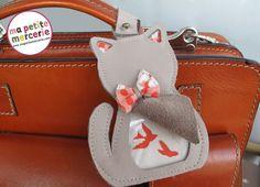 Découvrez un tas d'idées couture sur le blog Ma petite mercerie - Réalisez cette jolie étiquette de voyage avec ce tuto Coin Couture, Baby Couture, Couture Bags, Couture Sewing, Diy Sac, Leather Luggage Tags, Loom Knitting, Felt Crafts, Travel Bag