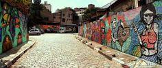 Beco do Batman, Vila Madalena, SP. Foto: Caio Pimenta/ SPTuris.  Galeria de grafite a céu aberto. Surgiu na década de 1980 quando um desenho do homem-morcego foi encontrado nas paredes do bairro, atraindo artistas, que começaram a fazer desenhos de influência cubista e psicodélica nas paredes do Beco, formando a galeria cujos desenhos são renovados constantemente.  #SaoPaulo #VilaMadalena #Culture #BecodoBatman #UrbanArt