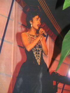 Selena performing no me queda mas