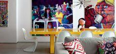Na reforma, o dúplex, no bairro carioca do Leblon, ganhou ambientes integrados e uma base neutra e simples para expor as telas enormes e coloridas do acervo do casal