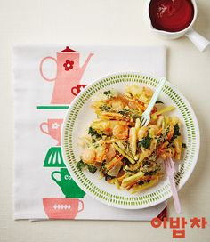 재료(2인분) 필수 재료 참나물(1줌), 고구마(1개), 당근(1/4개), 양파(1/4개), 튀김가루(1컵) 선택 재료 알새우(2/3컵) 양념 케첩(적당량) 1. 참나물은 3cm 길이로 썰고, 고구마, 당근, 양파는 껍질을 벗겨 4cm 길이로 채 썰고, *Tip. 참나물은 잎만 사용해요. 2. 알새우는 키친타월에 밭쳐