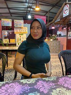 Arab Girls Hijab, Muslim Girls, Hijabi Girl, Girl Hijab, Hijab Chic, Casual Hijab Outfit, Sexy Asian Girls, Beautiful Asian Girls, Belle Nana