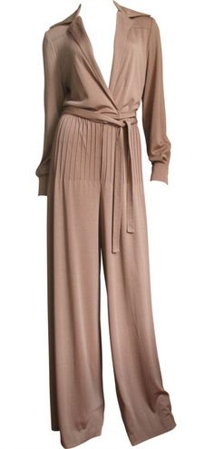 Jumpsuit Very sleek look. Exceedingly difficult to wear. It was an endless chore every time you needed you to use the powder room. No comeback in sight. 60s And 70s Fashion, Retro Fashion, Love Fashion, Vintage Fashion, American Hustle Fashion, Pantalon Elephant, Disco Jumpsuit, 1970 Style, Brown Jumpsuits