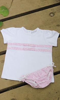 BRAGUITA Y CAMISETA GARDENIA ROSA. Braguita de lycra y camiseta bebe gardenia rosa, disponible en tallas 6-12-18 meses. También se confecciona en azul. Se venden por separado.