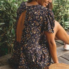 La mercerie en ligne Pretty Mercerie vous propose ce superbe patron de couture Negara qui vous permettra de réaliser une robe dos nu cool et tendance. Models, Fast Fashion, Sewing Tutorials, Sewing Patterns, Cold Shoulder Dress, My Style, Casual, Outfits, Black