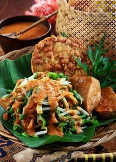 'my comfort food, Pecel. A good to go food from vegetables such as long bean, sprout, spinach and (spicy) peanut sauce.' quoted by previous pinner Food To Go, Good Food, Yummy Food, Asian Recipes, Healthy Recipes, Ethnic Recipes, Mie Goreng, Indonesian Cuisine, Indonesian Recipes