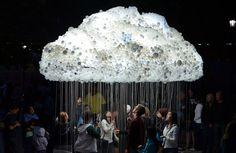 雲のように配置された電球を観客が付けたり消したりできるインスタレーションアートだそうです。金沢の美術館で自分の心拍の通りに電球が点滅する作品を見ましたが、自分が作品の一部になれるって素敵ですね。