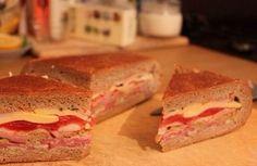 Správna párty sa nemôže zaobísť bez luxusného pohostenia. Nestrácajte čas s obloženými chlebíčkami, ale pripravte chutný plnený chlieb, ktorý chutí oveľa lepšie.