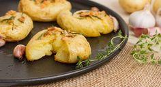 Batatas ao Murro Estas batatas ao murro são deliciosas e são perfeitas para servir como acompanhamento de refeições, como estrogonofes, molhos e assados.    Ingredientes 4 batatas inglesas médias com casca (cerca de 700g) 3 dentes de alho picados 5 colheres (de sopa) de azeite Alguns dentes de alho pequenos Alecrim fresco a gosto Sal a gosto   Preço