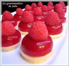 Small snacks with raspberries – the treats of Julie Source by Therecipeseasy Related posts: Healthy snacks and treats recipes {The best and tastiest!} Under 100 calories: 3 light summer snacks Small fondant caramel squares Small pots … French Desserts, No Cook Desserts, Delicious Desserts, Dessert Recipes, Mini Cakes, Cupcake Cakes, Dessert Tarts Mini, Desserts With Biscuits, Dessert Aux Fruits