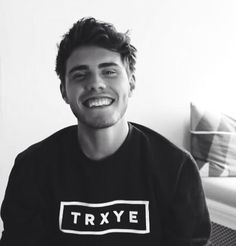 Aaaww I love Alfie Deyes And his trxye sweater. Famous Youtubers, British Youtubers, People Like, Pretty People, Pointless Blog, Marcus Butler, Joe Sugg, Tyler Oakley, Zoella