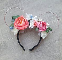 (Current processing time is 1-2 weeks. If you require a rush order, please do not hesitate to contact me) The Spring/Summer Collection... Handmade, floral mouse ear headband. This item is made to order and so may differ slightly from the above. They will feature a double-sided, artful arrangement of Cream, Pink, white and blue artificial flowers and aluminium wire ears. Each set is lovingly made by myself using high quality materials and sit on a comfortable 1.5 cm/0.6 black sati...