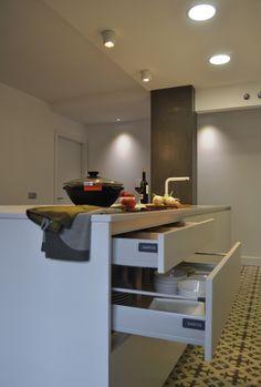SANTOS kitchen | Isla multifunción con un diseño Line- E sin tirador. Fotografía tomada del proyecto realizado en Tolosa (Guipúzcoa) por Santos Tolosa. http://www.santostolosa.es/