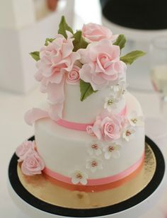 Curso de tartas fondant - these roses are beautifully crafted