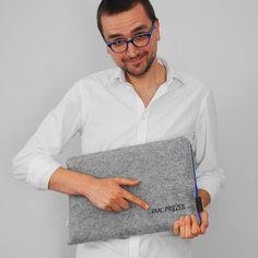 pan prezes haft na pokrowcu #laptopsleeve #laptopcover szary filc niebieski zamek 79 pln