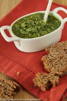 Molho pesto de manjericão, receita tradicional italiana que é conhecida em todo mundo. Folhas de manjericão, pinholis, parmesão, alho e um bom azeite... Mais