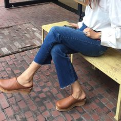 Clogs with a good fitting pair of jeans go with everything and feel intentional yet subtle Clogs Outfit, Clogs Shoes, Dr Martens Bordeaux, Fall Outfits, Fashion Outfits, Gothic Fashion, Swedish Clogs, Mein Style, Mode Inspiration