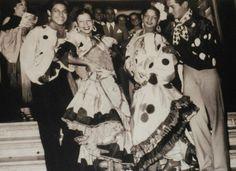 """Antonio """"EL Bailarín"""" en la puerta del Teatro Maravillas de Buenos Aires, con Rosario y Carmen Amaya con su hermano.Foto de Mercedes Albi. Facebook Antonio El Bailarín"""