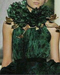 Giambattista Valli Haute Couture 2013 - Green and Gold Green Fashion, High Fashion, Fashion Show, 80s Fashion, Fall Fashion, Boho Fashion, Couture Details, Fashion Details, Fashion Design