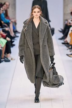 Max Mara Fall 2020 Ready-to-Wear Fashion Show - Vogue 2020 Fashion Trends, Fashion 2020, Runway Fashion, Fashion Outfits, Gucci Fashion, Curvy Fashion, Street Fashion, Fashion News, Winter Chic