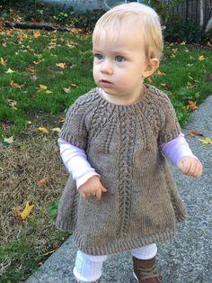 Seraphina Sweater og Kjole strikkes ovenfra og ned med rundt bærestykke. Bærestykket dannes ved, at der tages ud i et bestemt mønster, som er beskrevet i opskriften. Sweateren og kjolen strikkes i et stykke rundt på rundpind og strømpepinde eller magic loop og kræver derfor næsten ingen montering. Størrelser: 1 år (2 å