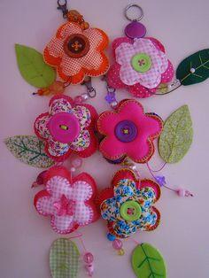 Mooie stoffen, knopen, naald, draad en vulling en kijk eens aan, een mooie bloemenslinger.  Kijk ook op www.hooggevoeligheelgewoon.nl en www.facebook.com/hooggevoeligheelgewoon