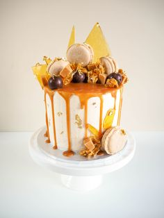 Irresistible spiced banana and caramel cake combines banana cake with cinnamon and nutmeg, filled with cinnamon vanilla cheesecake and loaded with CARAMEL! Caramel Drip Cake, Salted Caramel Cake, Caramel Cheesecake, Caramel Banana Cake, Caramel Cakes, Banana Cakes, Lolly Cake, Toffee Cake, 21st Cake