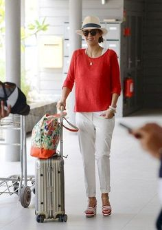 Casual White Slacks For Spring Summer Airport Style 17 White Slacks, White Trousers, White Jeans, Outfit Elegantes, Airplane Outfits, Striped Sandals, Jessica Alba Style, Beach Attire, Airport Style