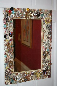 Vintage Jewelry Mirror from over 200 pieces of vintage jewelry and beads. I finally found something to do with my old jewelry Diy Projects To Try, Crafts To Make, Fun Crafts, Craft Projects, Arts And Crafts, Jewelry Crafts, Jewelry Art, Vintage Jewelry, Gold Jewelry