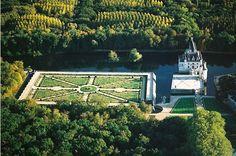 Le château de Chenonceau est réputé pour être le joyau du Val de Loire. Il fut bâti en 1513 par Katherine Briçonnet, puis embelli successivement par Diane de Poitiers et Catherine de Médicis. Ses jardins à la française sont dune grande beauté