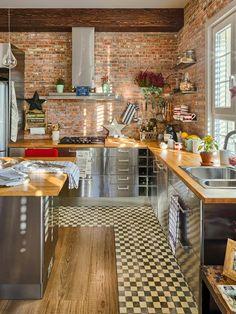 Cozinha: tijolo aparente e cozinha industrial. O contrasenso racional e a lógica da estética. Kitchen Interior, New Kitchen, Kitchen Dining, Kitchen Decor, Kitchen Ideas, Dining Rooms, Decorating Kitchen, Kitchen Photos, Kitchen Brick