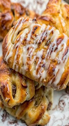 maple pecan danish More Read Recipe by sandycdalby Breakfast Pastries, Sweet Pastries, Bread And Pastries, Danish Pastries, Danish Cookies, Breakfast In Bed, Brunch Recipes, Breakfast Recipes, Dessert Recipes