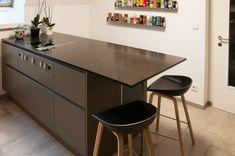 Ewe Fina GL Die Arbeitsplatte der Kücheninsel ist aus einem matt geschliffenem Stein namens Black Tea und auch an der Rückwand findet sich der Naturstein wieder. In der Insel ist ein Bora Kochfeld mit integriertem Dunstabzug eingebaut. Das Küchenmodell nennt sich Ewe Fina GL (grifflos) und hat matte Acryl-Fronten in der Farbe Basaltgrau. Mehr Küchen auf unserer Website: Küchen Design, Furniture, Home Decor, Built Ins, Kitchen Inspiration, Decoration Home, Room Decor, Home Furnishings, Home Interior Design