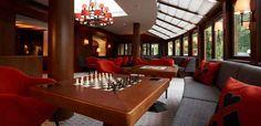 Spielzimmer für gemeinsame Stunden Das Hotel, Conference Room, Kiefer, Table, Furniture, Home Decor, Innovative Ideas, Game Rooms, Viajes