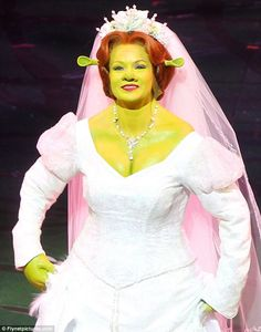 If you look closely, you can see that the chest, shoulders and a portion of the neck are false. The necklace is attached to the false part of the body to cover the edge where the two meet. Halloween Make, Halloween Costumes, Shrek Wedding, Fiona Y Shrek, Shrek Costume, Princess Fiona, Green Queen, Amanda Holden, Broadway Theatre