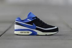 Nike Sportswear's January collection includes the Air Classic BW. Both the original and and Gen II edition will release in familiar Persian Violet style. Air Max Classic, Classic Style, Air Max Sneakers, Sneakers Nike, Nike Headbands, Nike Wedges, Nike Free Flyknit, Sneaker Magazine, Nike Workout