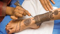 I'd love to have tattoed anklets like this!